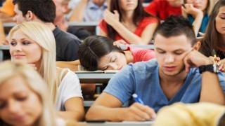 studenti spavanje na casu