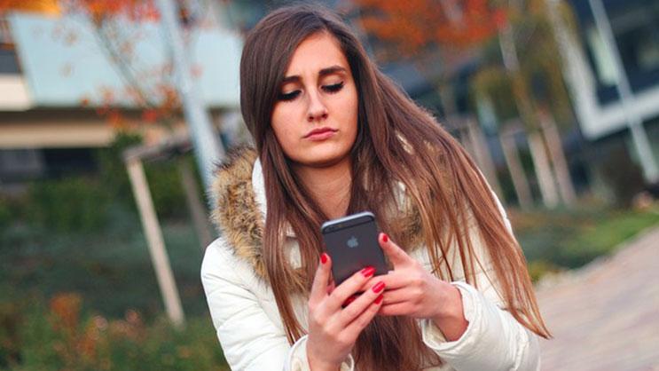 studentskinja-mobilni-telefon